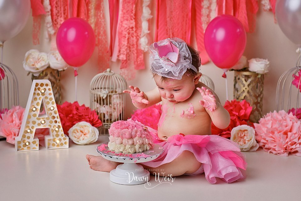 photo-by-cake-smash-photographer-dawn-weir-one-year-old-gold-pink-cream-balloons